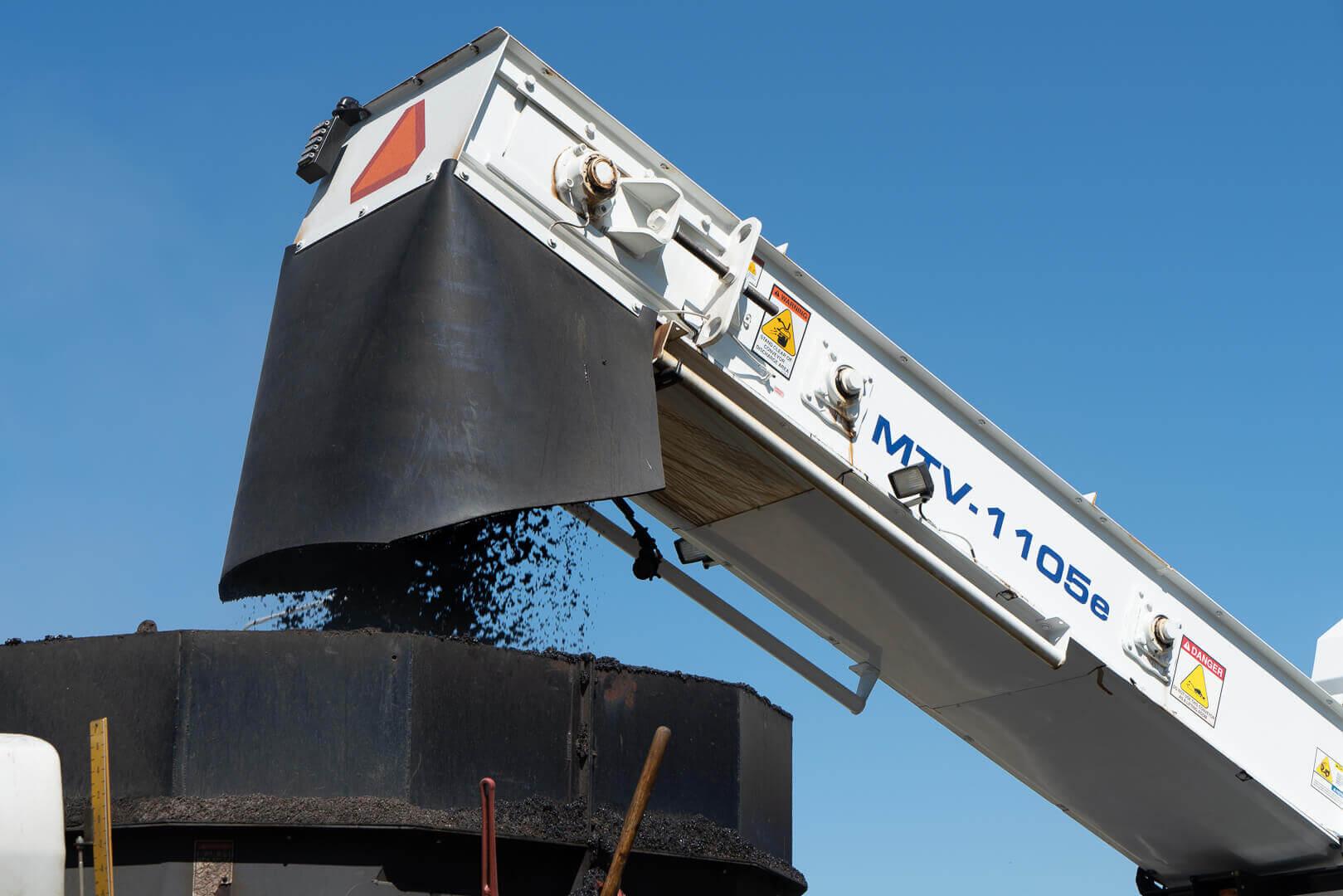 Roadtec MTV-1105 Material Transfer Vehicle Conveyor Dumping Material into Paver Hopper insert