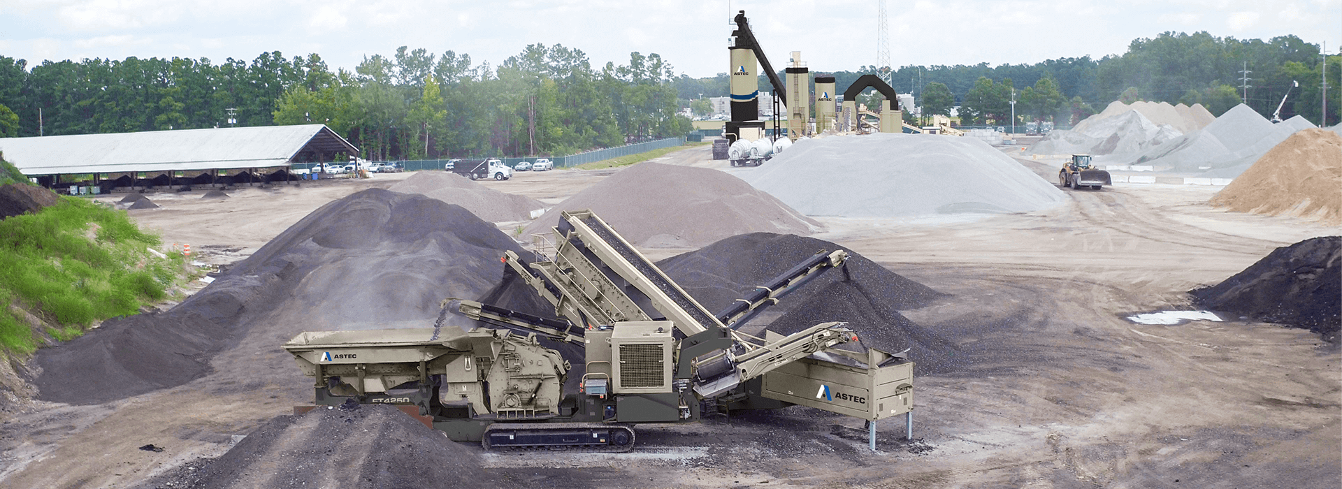 Mobile HSI crusher feeding a mobile incline screen processing recycled asphalt pavement millings.